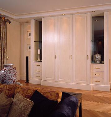 Wohnzimmerschrank. vom Maler gestrichen