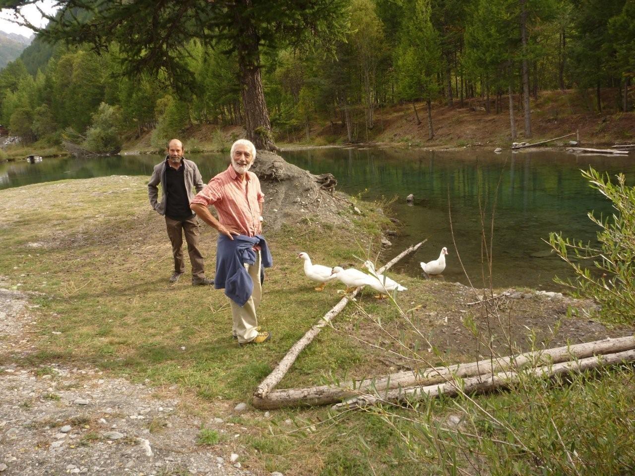 Un canard blanc au bord d'un étang, ce n'est pas toujours un . . . signe