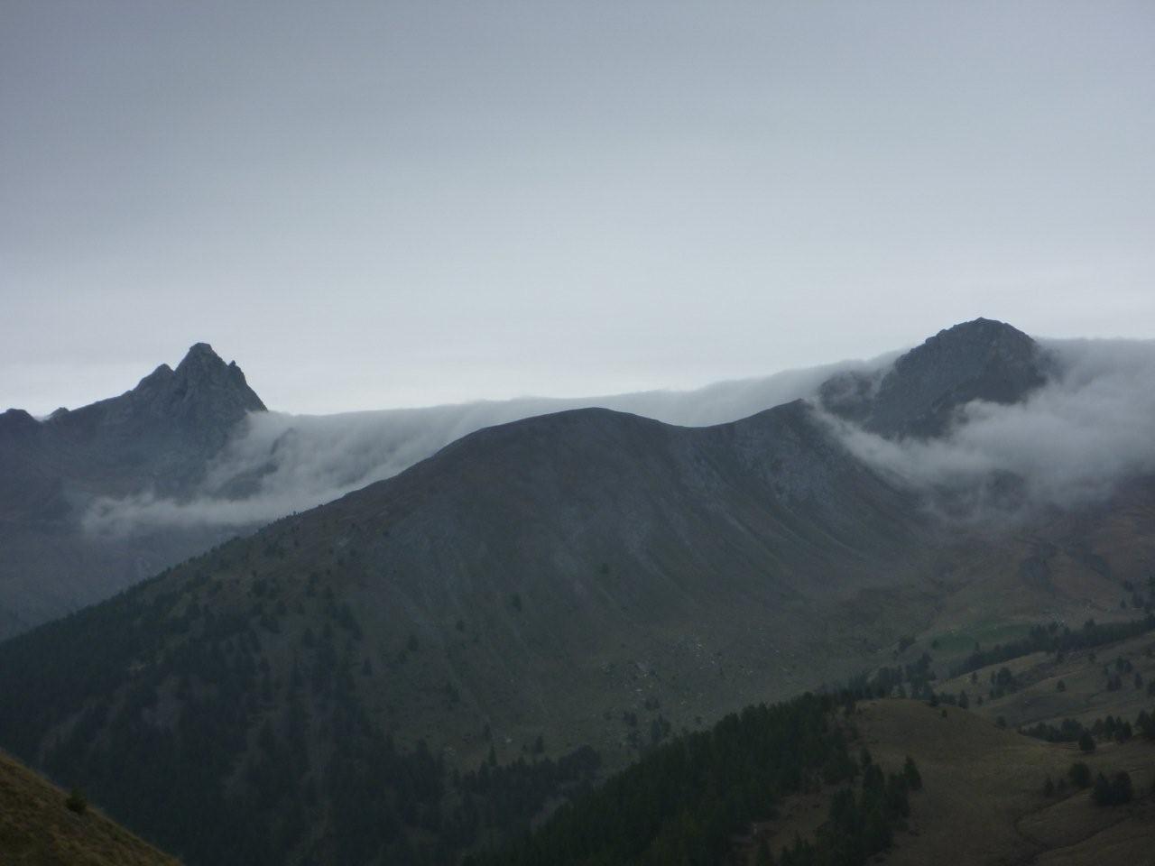 Les nuages déferlent au Col de Bouchet. . .