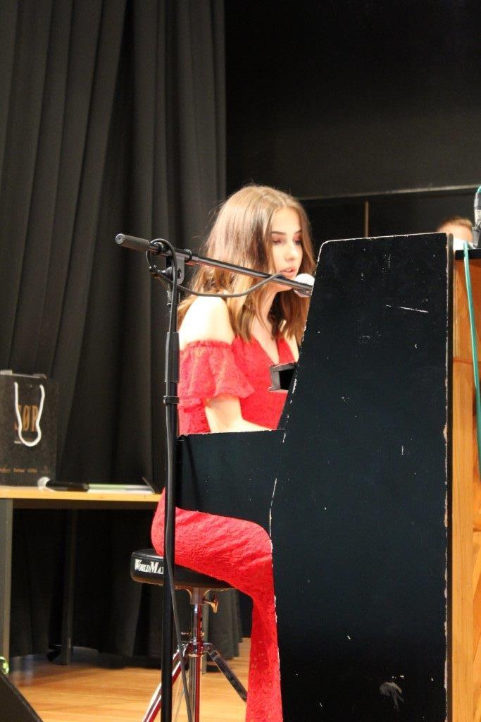 Maria spielt Chopin