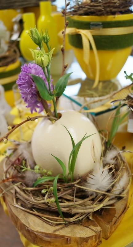 Straußenei im Nest als Vase
