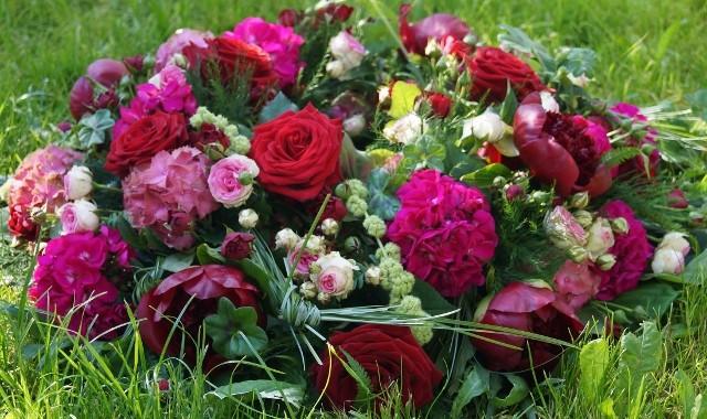 Urnenkranz in rosa-rot Tönen