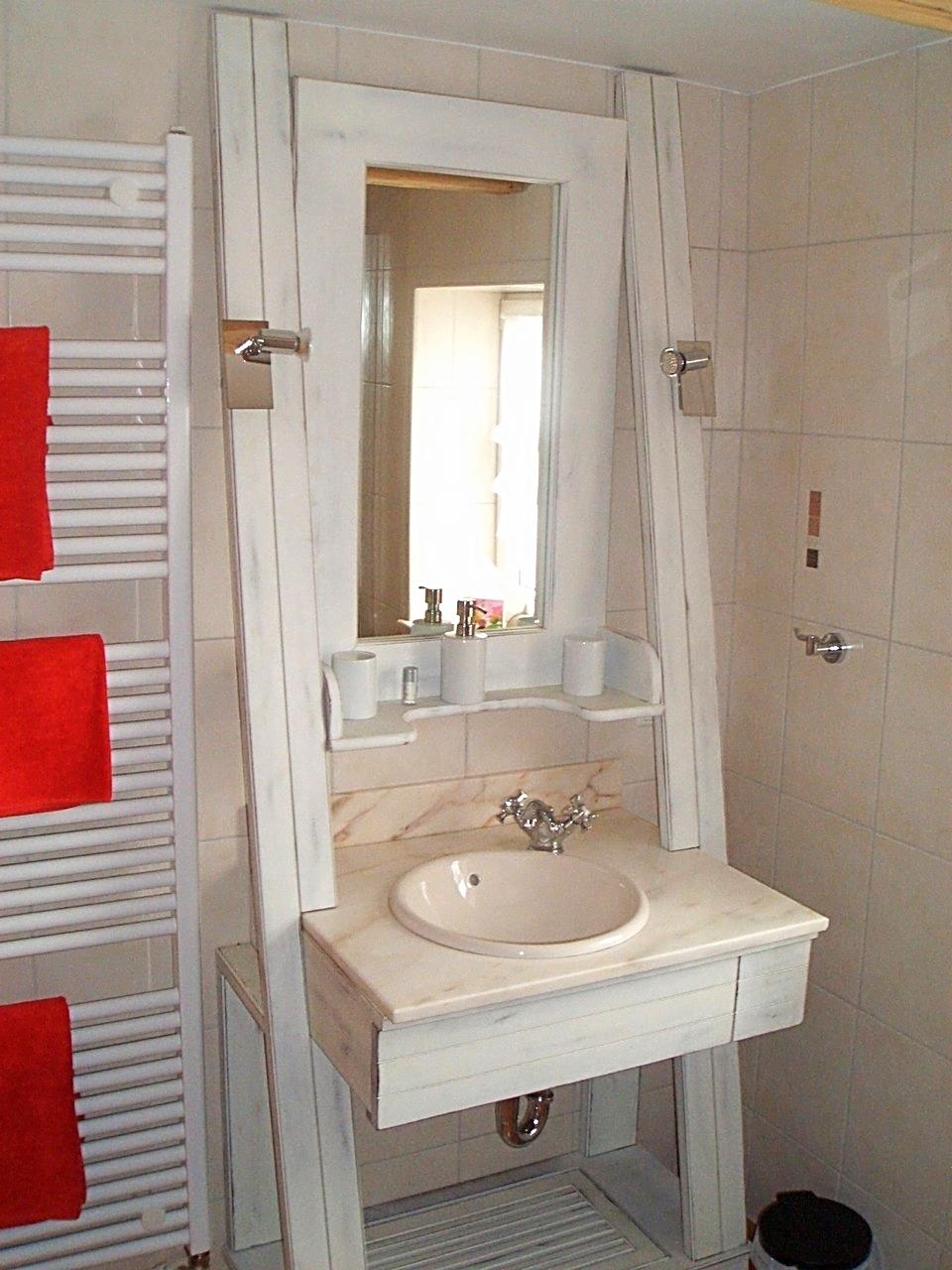 ...ein Blick in das Badezimmer auf den Waschtisch...