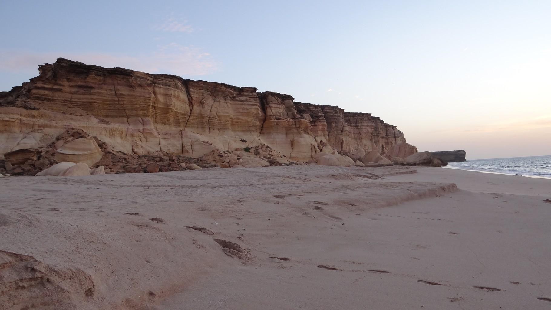 Am Strand bei Sonnenaufgang in Ras-al Jinz