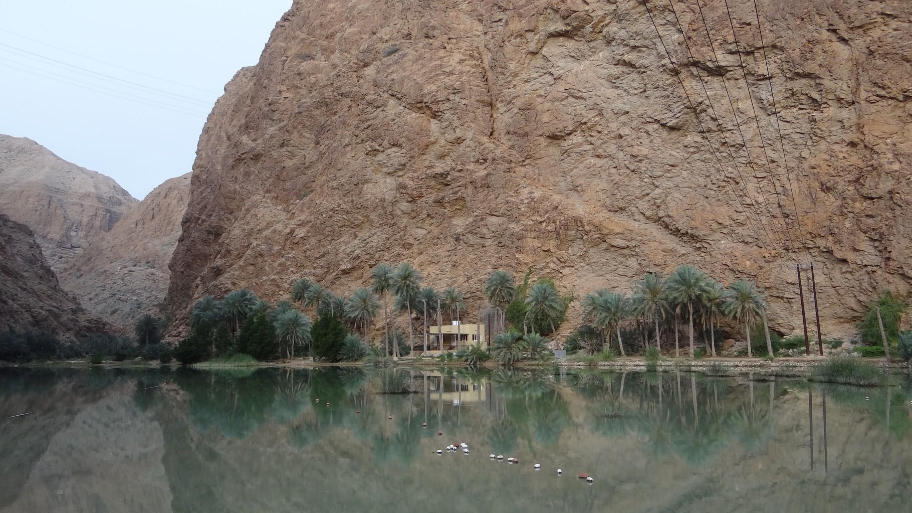 Auf dem Weg zum Wadi Shab muss man zuerst den kleinen Fluss überqueren