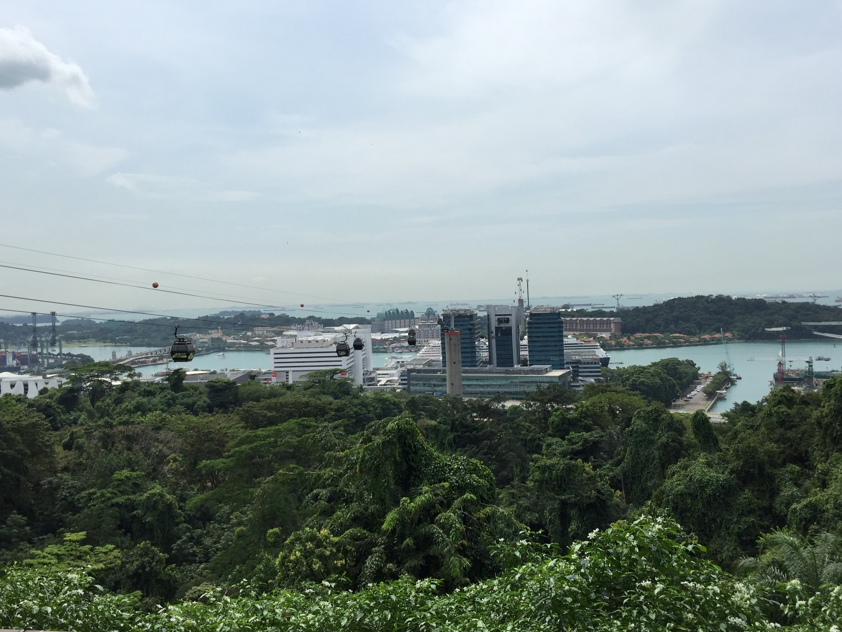 Aussicht vom Mount Faber in den Hafen und Sentosa Island