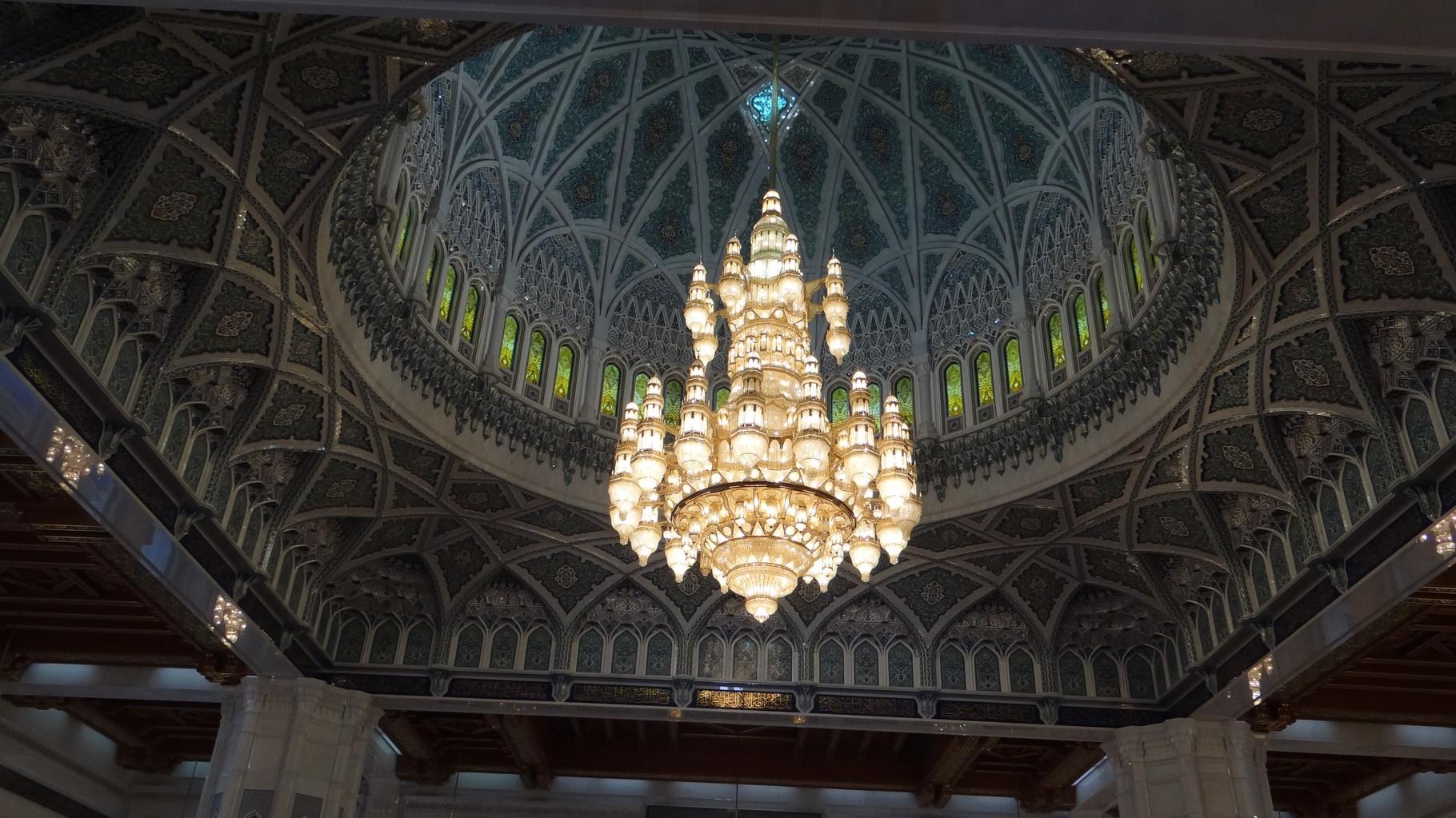 Der riesige mit Swarovski-Kristallen versetzte Kronleuchter in der Moschee