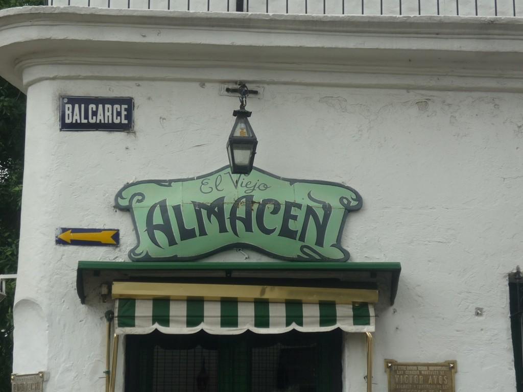 Un locale molto famoso - Un local muy famoso - A very famous local