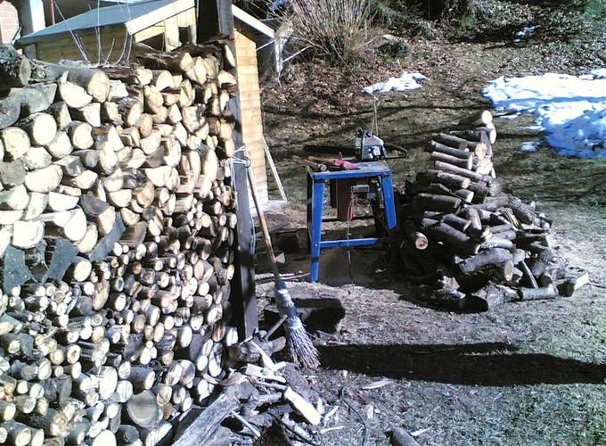 TUTTO IL FAI DA TE. Qui ad esempio il taglio della legna il 21.01.2009 per il camino
