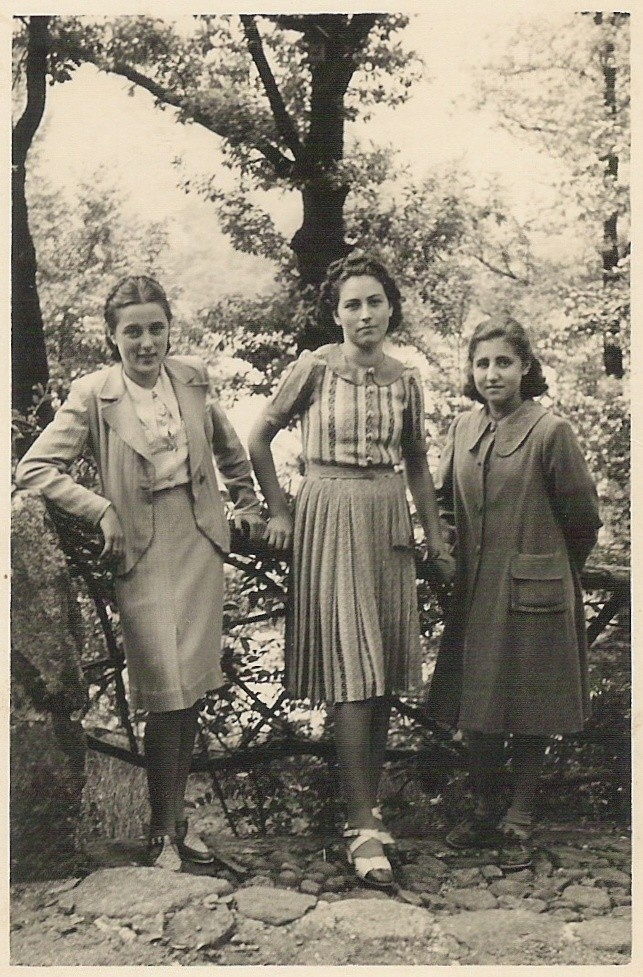1939 - Mia mamma (al centro) con due amiche / Mi mamá (centro) con dos amigas / My mom (center) with two friends