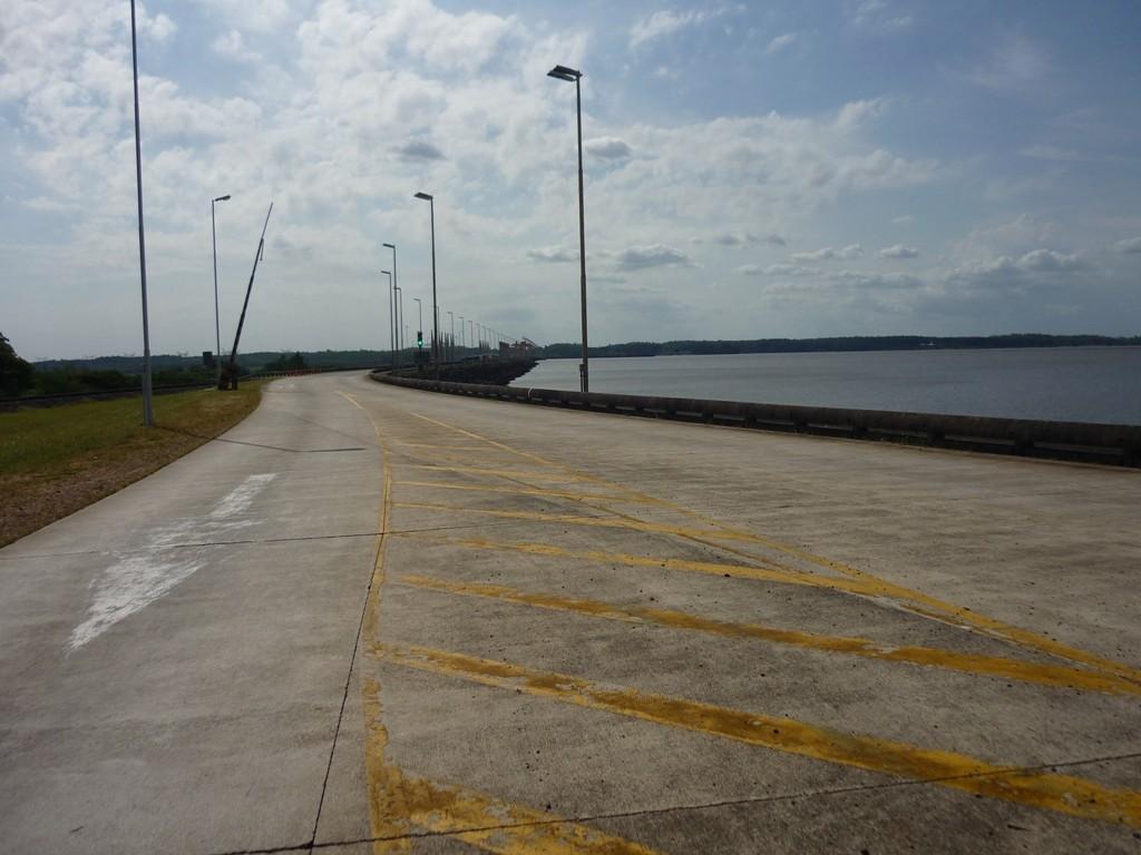 Strada che passa sulla diga