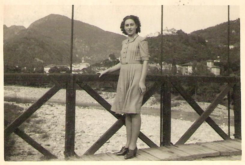 Inizi anni '40 sul vecchio ponte di Crevola con Varallo ed il Sacro Monte sullo sfondo