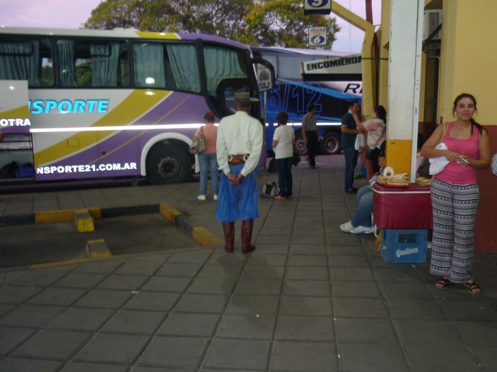 Un vero ed anziano GAUCHO in attesa del bus. Pure noi in attesa di andare a Iguazu: 13 ore di viaggio (959 km.)