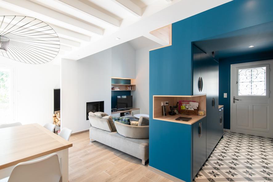 un mélange de poutre, de bois, une couleur forte pour séparer les espaces