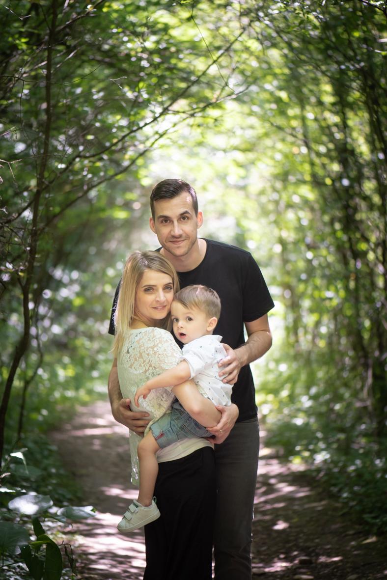 un portrait de famille classique et posé mais dans un décor naturelle qui met en valeur la ligne centrale et la perspective