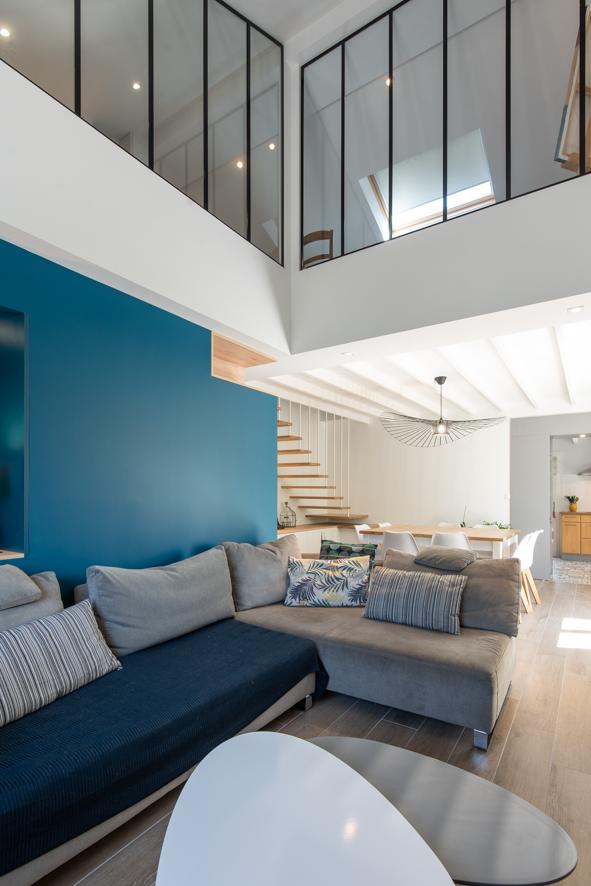 tout en étant un espace ouvert sur le reste de la maison on garde l'aspect chaleureux du coin télé