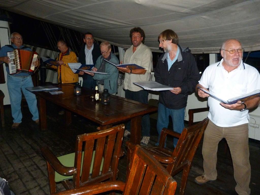 Ein Shanty-Chor, der die Nachtruhe stört :-)