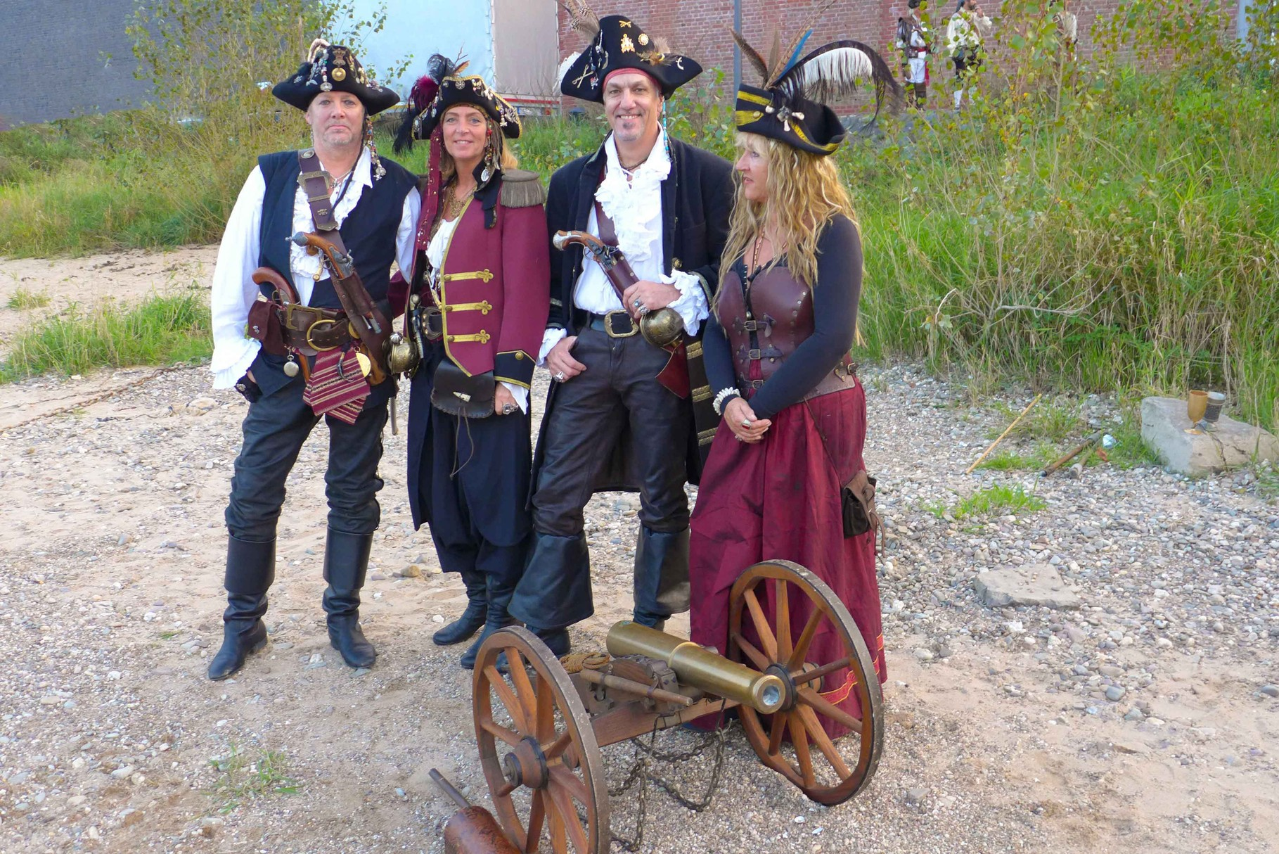 3 Dellbrücker Piraten (von links) und ihre Kanone