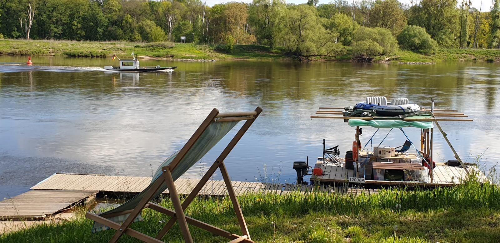 Meßboot Aken signalisiert: Fahrrinne OB - Gute Fahrt