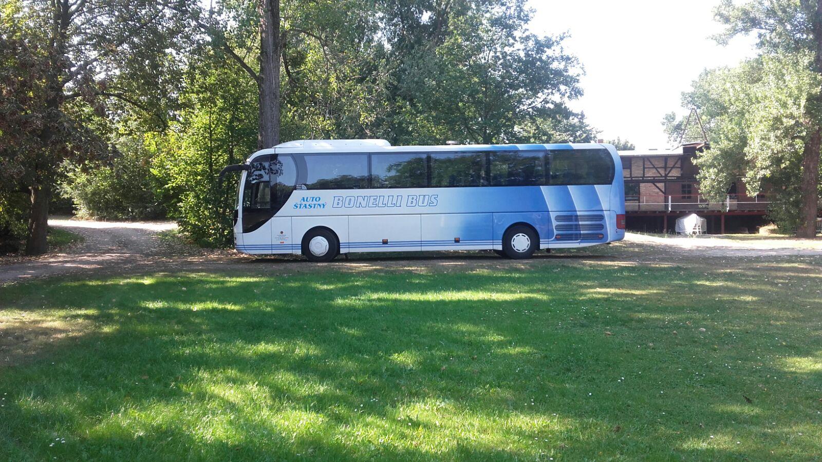 der solide Gästebus rollt an