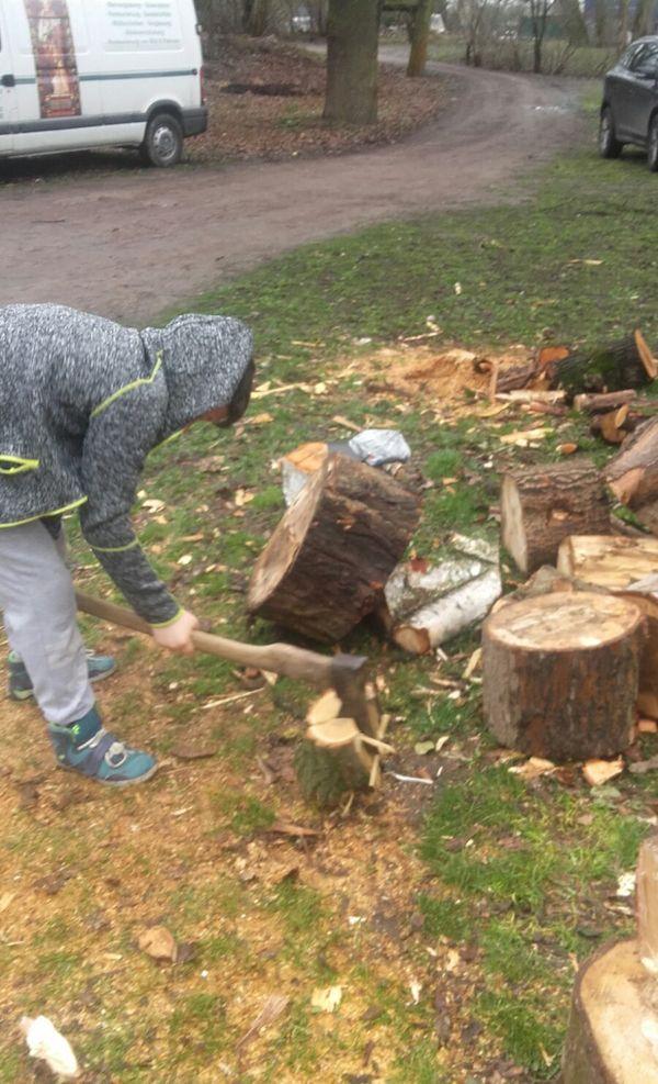 """Paul unterstützt die Zunft der """"Holzmichel""""."""
