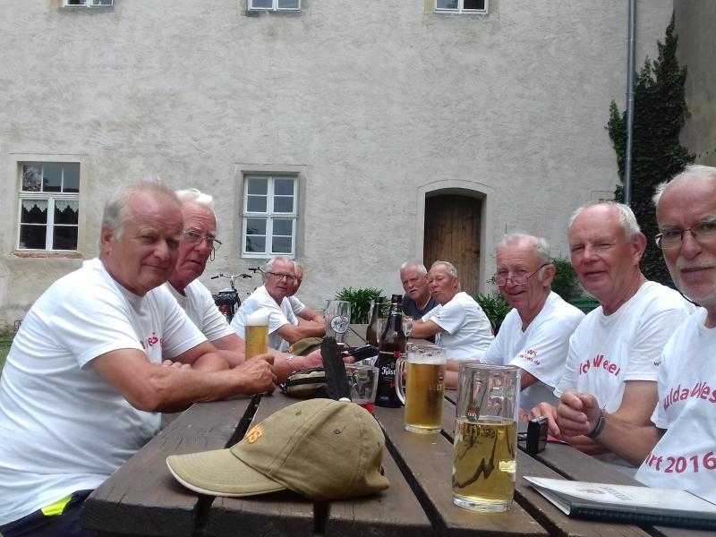 gemeinsam pausieren bei Radler und Bieren