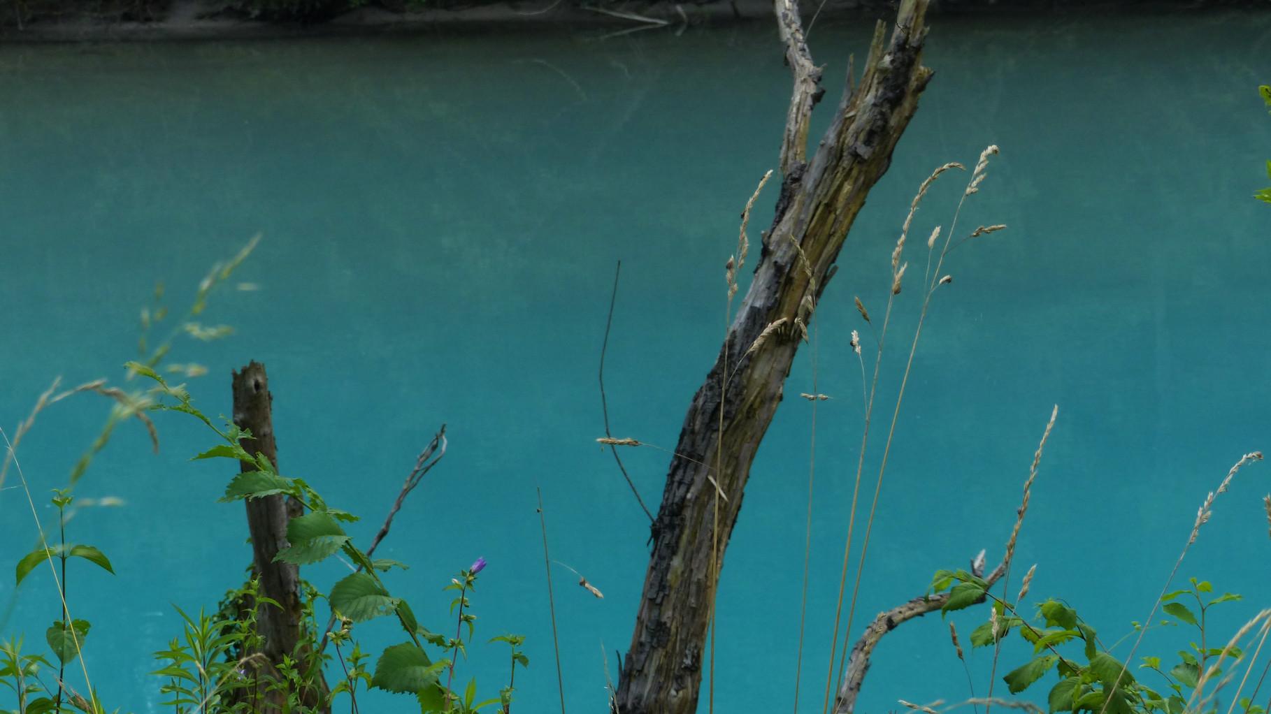 das samaragdfarbene Wasser der Soca, im Hintergrund
