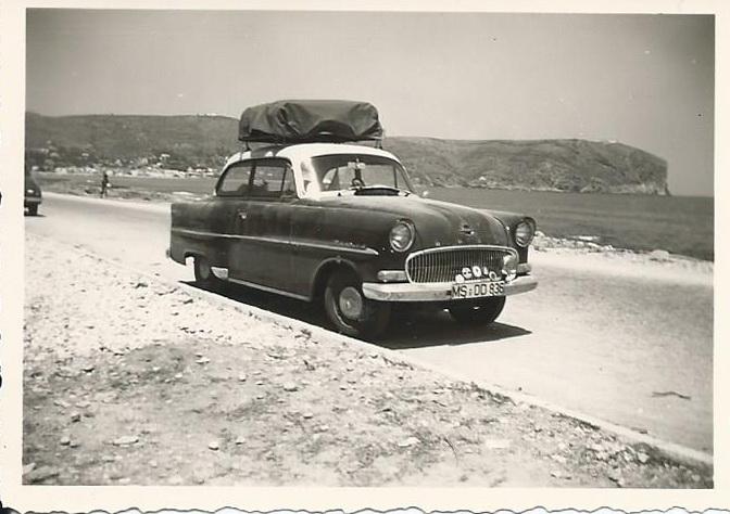 Unser Opel auf der Uferstraße in Benidorm, unglaublich leer war es damals, weil es dort noch kaum Häuser und keinen Tourismus gab! 1956