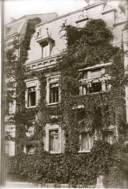 Haus Geisberg mit Ehefrau Maria auf dem Balkon