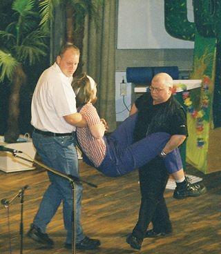 Grussi & Nuckel schleppen Knöchelmann auf die Bühne