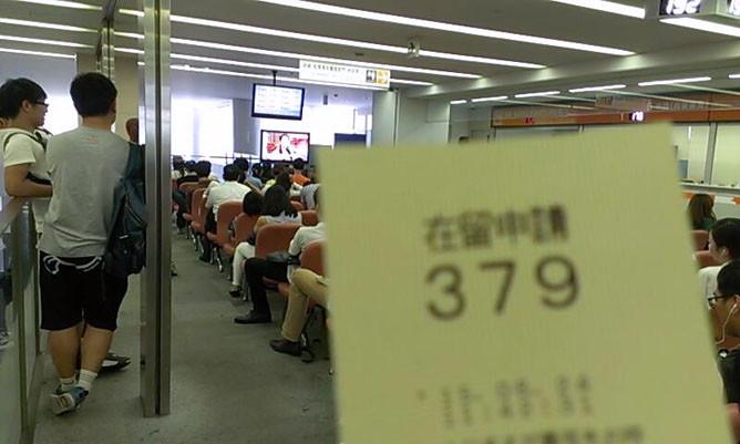 東京入国管理局(品川)での在留申請者に渡される整理券