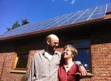 Anne und Felix vor ihrer Solaranlage