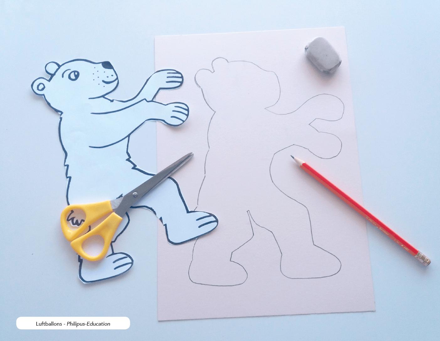 Die Umrisse des Bären mit Bleistift auf Bastelkarton nachzeichnen