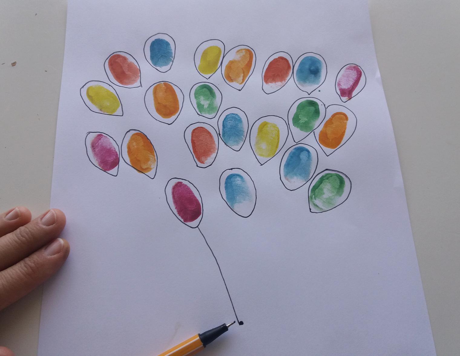 Die Fingerabdrücke umranden und mit einem Punkt in der Mitte des unteren Drittels der Seite verbinden