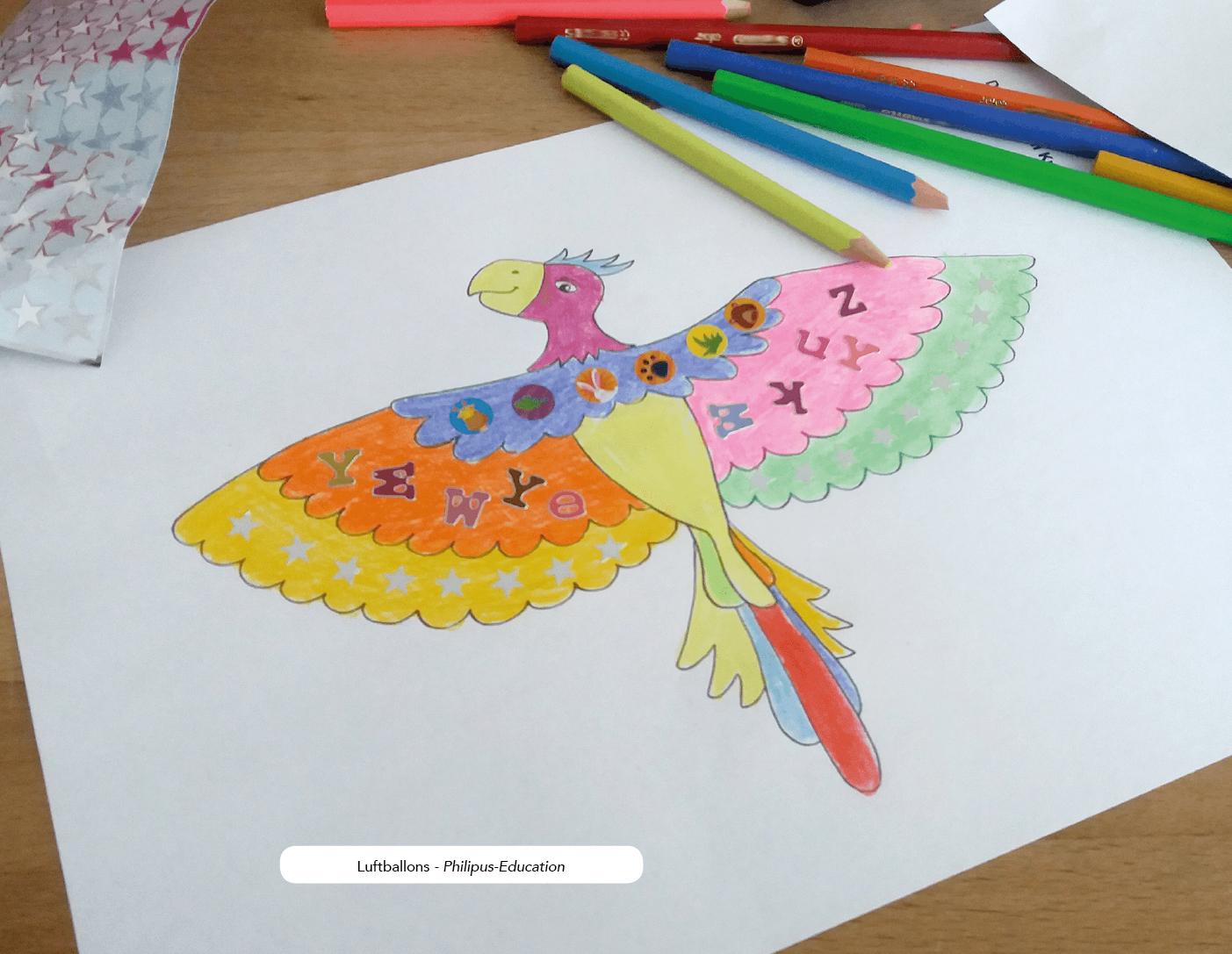 Den Papagei individuell gestalten, z. Bsp. mit Buntstiften und Aufklebern