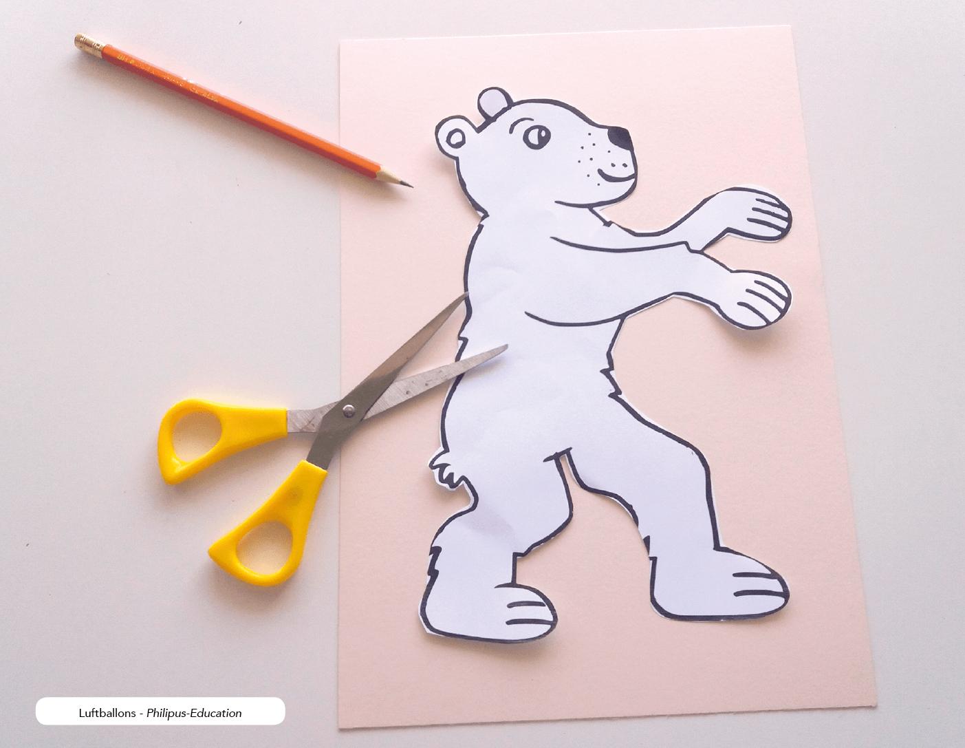Den Bären ausschneiden - er dient als Schablone (mehrere Kinder können sich eine Schablone teilen)