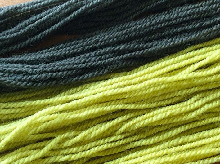 ヨモギで染めた毛糸。焙煎の種類で色が変わります。「2018さとやま草木譜」