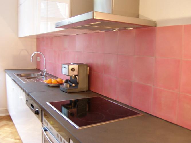 Küche mit Zementfliesen (Uni-Rosa)
