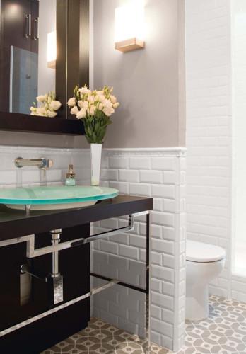 Badezimmer mit Metro-Fliesen