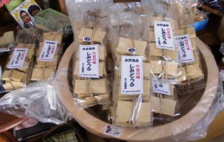 しみ豆腐も伝統の技で作り上げます