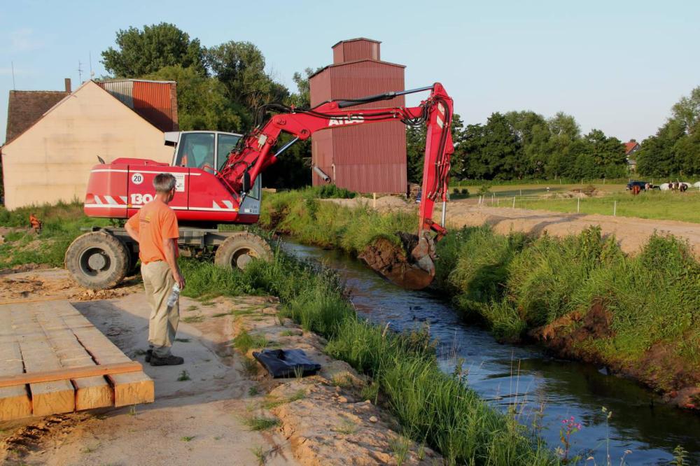 Sofort wird Damm 2 angegangen. Bis hierher soll noch eine Teilwassermenge fließen um den größten Teil des Mühlengrabens ökologisch feucht zu halten. Das Restwasser von Damm 1 wird dann über den Feuergraben abfließen.