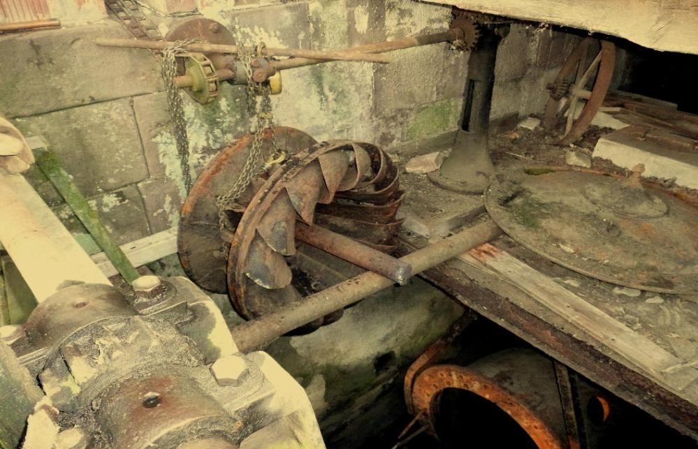 Der Läufer, dessen Schaufeln mal die Abmessungen des Außendurchmessers hatten. Die Welle an der Mühlenwand diente zur Verstellung des Leitapparates aus der Mühle heraus und wirkte auf die Gliederkette.