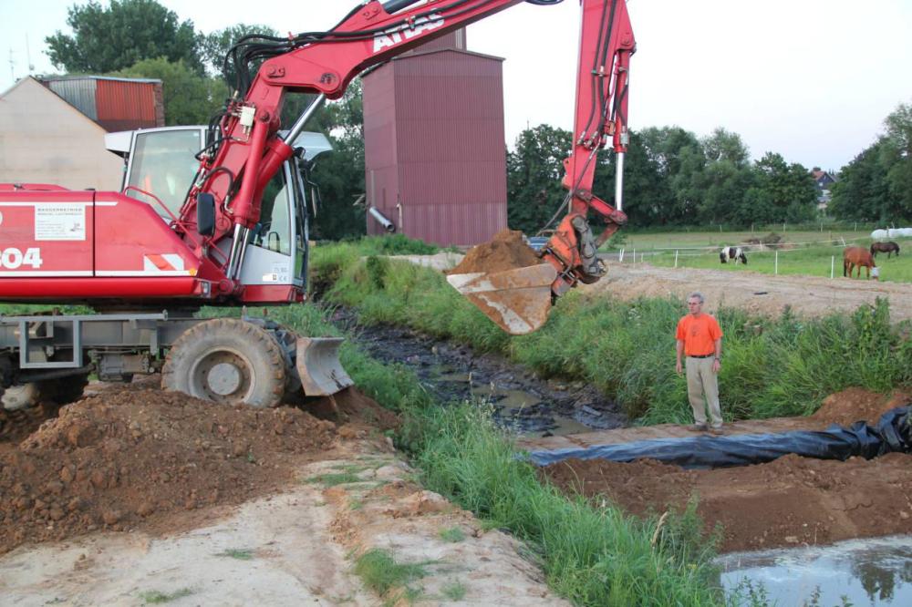 Die Abdichtung erfolgt durch Teichfolie und Lehm. Damm 2 soll vollkommen dicht werden um die Baustelle trocken zu halten.