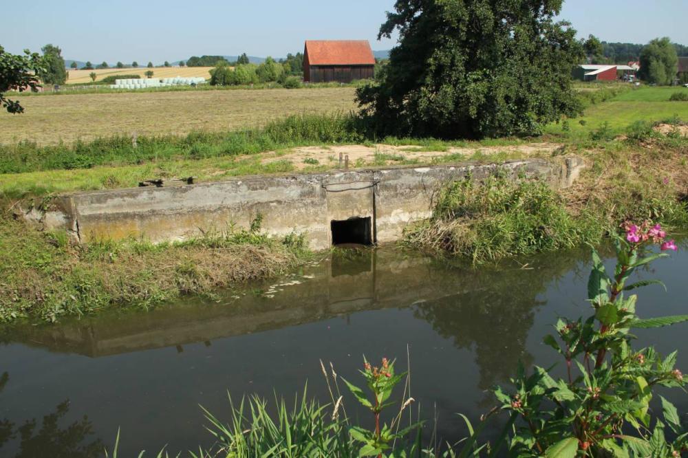 Der Auslauf zum Feuergraben, kurz vor Damm 2 gelegen leitet das Restwasser ab. Ein Hochwasser mit dabei überlaufendem Damm 1 wird hier nicht durchzubringen sein.