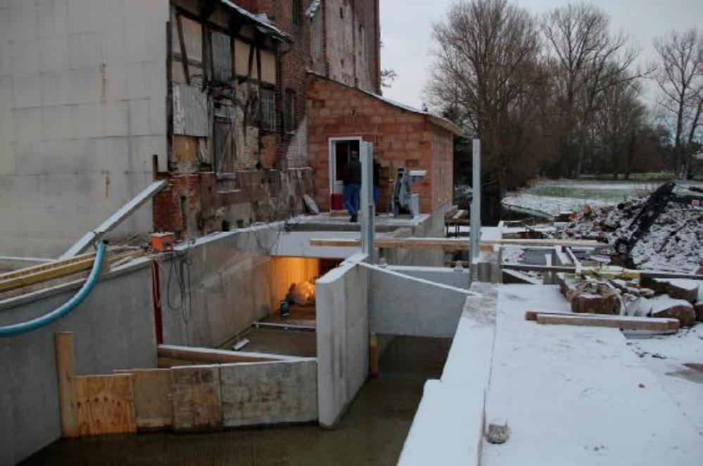Die Schalplatten sollen verhindern, dass unnötig Wasser in den Einströmkanal drückt und diesen verschlammt, wenn Damm 1 ausgebaut wird. Im Leerschuss sind die Schützentafeln bereits eingesetzt. Aufgenommen am 11.12.12.
