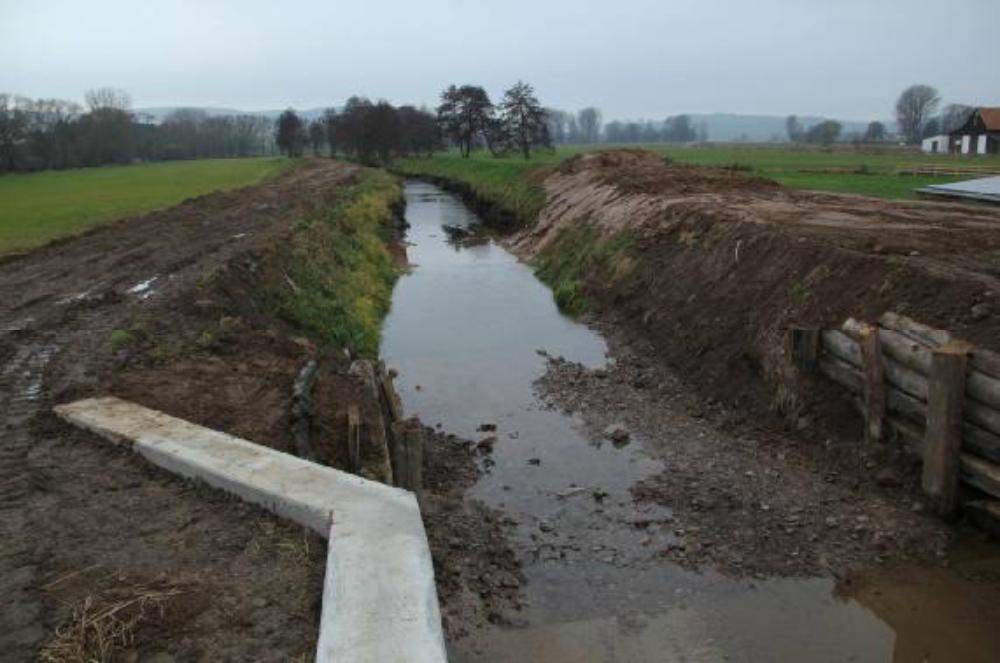 Nachdem Damm 2 ausgebaut ist, fließt das Leckwasser von Damm 1 durch die Anlage. Aufgenommen am 1.12.12