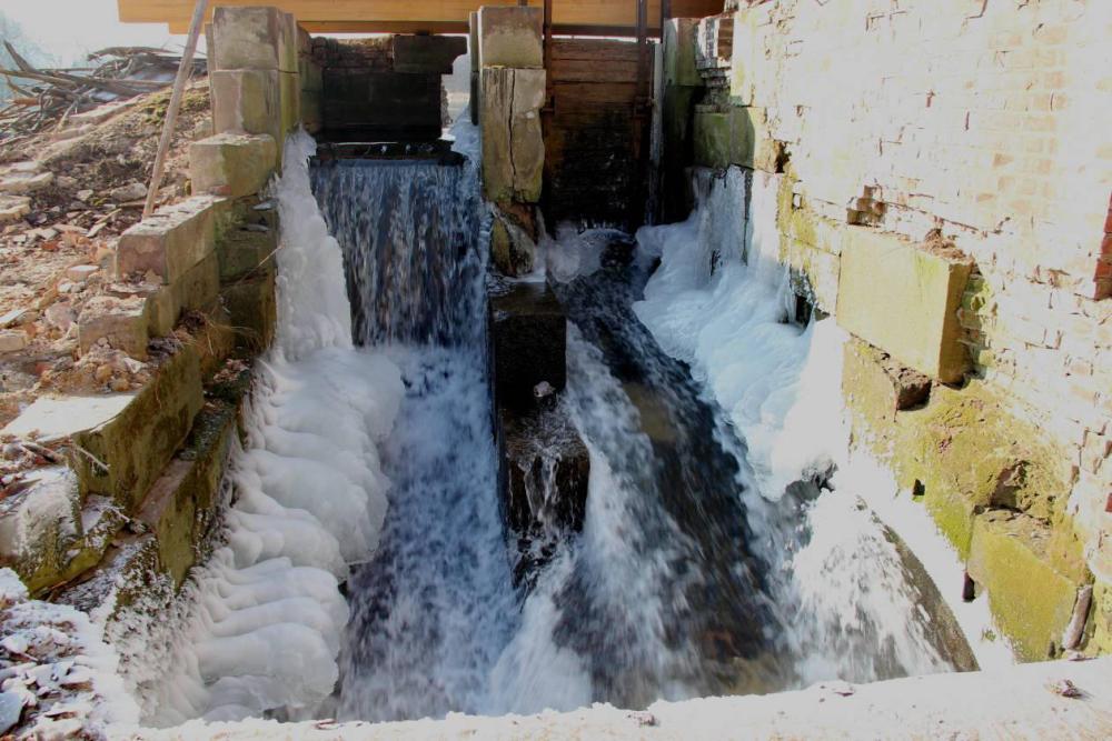 Der Winter hat Einzug gehalten. Während das fließende Wasser eisfrei bleibt, gefriert das Spritzwasser überall dort wo es auf kalten Untergrund trifft. Aufgenommen am 6.02.12