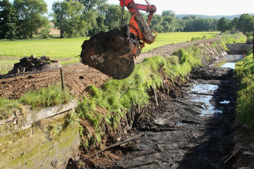Alte Uferbefestigungen mit Rammpfählen werden frei gelegt. Diese dürften weit über 100 Jahre alt sein. Zur Sicherheit wurde noch ein dritter Damm zusätzlich vor der Baustelle angelegt.
