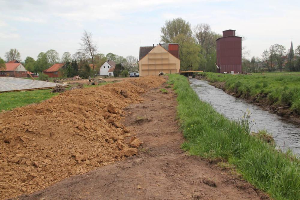 Mit dem aus einer Straßenbaumaßnahme anfallenden Boden (Lehm) soll der Deich ertüchtigt werden. Aufgenommen am 30.04.12