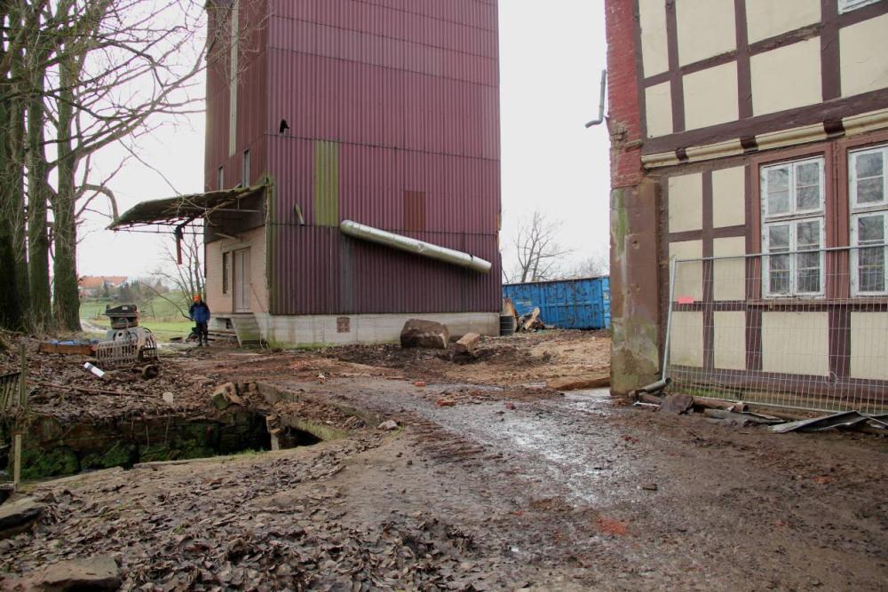 Das Dach über die Brücke und die Reinigung sind auch platt. An der linken Hausecke sind die Einschüsse aus den letzten Kriegstagen im Sandstein erkennbar.  Aufgenommen am 8.12.11